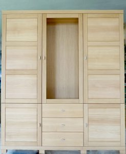 <ul>    <li>Esszimmerschrank aus massiver Eiche mit querlaufender Maserung in den Türen</li>    <li>Oberfläche: Eiche- Naturholzeffektlack</li>    <li>Maße: ca. 160 x 200 x 45 (BxHxT)</li>    <li>Holzart: Eiche massiv-Rückwand Sperrholz</li></ul>