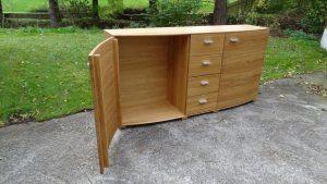 <ul>   <li> Sideboard in Eiche massiv, Türen nach Außen ca. 5 cm gerundet, 4 massive Schubladen auf Softbeschlag</li>   <li> Oberfläche: Eiche- matt geölt</li>    <li>Maße: ca. 180 x 90 x Mitte 48 - Außen 43 (BxHxT)</li>    <li>Holzart: Eiche massiv</li></ul>