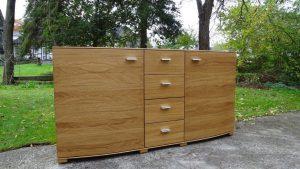 <ul>    <li>Sideboard in Eiche massiv, Türen nach Außen ca. 5 cm gerundet, 4 massive Schubladen auf Softbeschlag</li>    <li>Oberfläche: Eiche- matt geölt</li>   <li> Maße: ca. 180 x 90 x Mitte 48 - Außen 43 (BxHxT)</li>   <li> Holzart: Eiche massiv- Rückwand Sperrholz</li></ul>