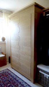<ul><li>    Dielenschrank aus massiver Eiche, Türen in Fingeroptik mit - push to open - und querlaufender Maserung</li><li>    Oberfläche: Eiche- Naturholzeffektlack</li><li>    Maße: ca.130 x 205 x 58 (BxHxT)</li><li>    Holzart: Eiche massiv</li></ul>