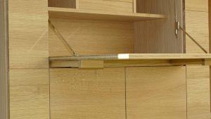 <ul>    <li>Schreibtischklappe 3-schichtverleimt mit massiven Eichenholzauszügen</li>    <li>Oberfläche: Eiche Naturholzeffektlack</li>    <li>Maße: ca. 240 x 204 x 45 (B x H x T)</li>    <li>Holzart: Eiche massiv - Rückwand Sperrholz</li></ul>