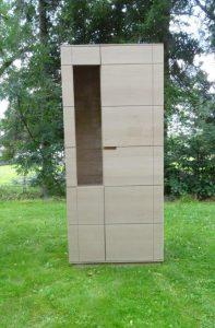 <ul>   <li> 2-türiger Hochschrank mit querlaufender Maserung</li>    <li>Oberfläche: Eiche hell geölt</li>    <li>Maße: ca. 95 x 206 x 45 (B x H x T)</li>    <li>Holzart: Eiche massiv - Rückwand Sperrholz</li></ul>