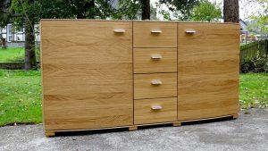 <ul><li>Sideboard in Eiche massiv, Türen nach Außen ca. 5 cm gerundet, 4 massive Schubladen auf Softbeschlag</li>    <li>Oberfläche: Eiche matt geölt</li>    <li>Maße: ca. 180 x 90 x Mitte 48 - Außen 43 (B x H x T)</li>   <li> Holzart: Eiche massiv</li></ul>