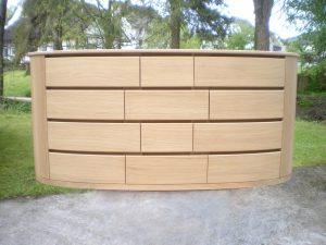 <ul>    <li>Ellipsenförmige Anrichte in Eiche massiv, 2 Türen, 4 Schubkästen auf Softbeschlag, eingefräste Türgriffe</li>    <li>Oberfläche: Eiche Naturholzeffektlack</li>    <li>Maße: ca. 170 x 82 x Mitte 48 Außen 40 - 35 (B x H x T)</li>    <li>Holzart: Eiche massiv</li></ul>