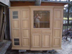 <ul>   <li> Wohnschrank in Eiche massiv, Türen in Rahmen und Füllung, Beschlag nickelmatt</li>    <li>Oberfläche: Eiche Naturholzeffektlack</li>    <li>Maße: ca. 215 x 202 x Mitte 48 - Außen 43 (B x H x T)</li>   <li> Holzart: Eiche massiv</li></ul>