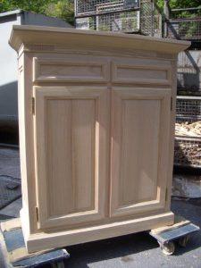 <ul>    <li>Hochanrichte, Außenseiten und 2 Türen in Rahmen und Füllung 2 Schubkästen gezinkt</li>    <li>Oberfläche: matt lackiert</li>    <li>Maße: ca. 114 x 110 x 48 (B x H x T)</li>    <li>Holzart: massiv</li></ul>