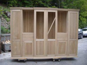 <ul>    <li>Wohnschrank aus massiver Eiche, 4 Schubladen und 6 Türen auf Softbeschlag</li>    <li>Oberfläche: Eiche roh- Farbton nach Wunsch</li>   <li> Maße: ca. 274 x 205 x 50/44/46 (B x H x T)</li>   <li> Holzart: Eiche massiv</li></ul>