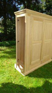 <ul><li> Dielenschrank aus massiver Eiche, 4 Schubladen und 4 Türen in Seitenansicht mit geöffneter Tür</li>   <li> Oberfläche: Eiche hell geölt</li>   <li> Maße: ca. 158 x 202 x 58 (B x H x T)</li>   <li> Holzart: Eiche massiv - Rückwand Sperrholz</li></ul>