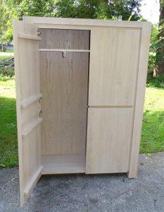 <ul>   <li>Garderobenschrank aus massiver Eiche mit ausziehbarer Garderobenstange</li><li>Oberfläche: Eiche weisslich gebeizt und matt lackiert</li><li>Maße: ca. 130 x 202 x 58 (BxHxT)</li><li>Holzart: Eiche massiv- Rückwand Sperrholz</li></ul>