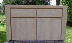 <ul><li>Garderobenhängeschrank aus massiver Eiche in schlichter Eleganz, 2 Schubkästen und 2 Türen mit Softbeschlag</li>   <li> Oberfläche: Eiche weisslich gebeizt und matt lackiert</li>    <li>Maße: ca. 124 x 70 x 45 (BxHxT)</li>    <li>Holzart: Eiche massiv</li></ul>