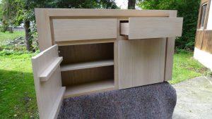 <ul>    <li>Garderobenhängeschrank aus massiver Eiche in schlichter Eleganz, 2 Schubkästen und 2 Türen mit Softbeschlag</li>   <li> Oberfläche: Eiche weisslich gebeizt und matt lackiert</li>    <li>Maße: ca. 124 x 70 x 45 (BxHxT)</li>    <li>Holzart: Eiche massiv -Rückwand Sperrholz</li></ul>